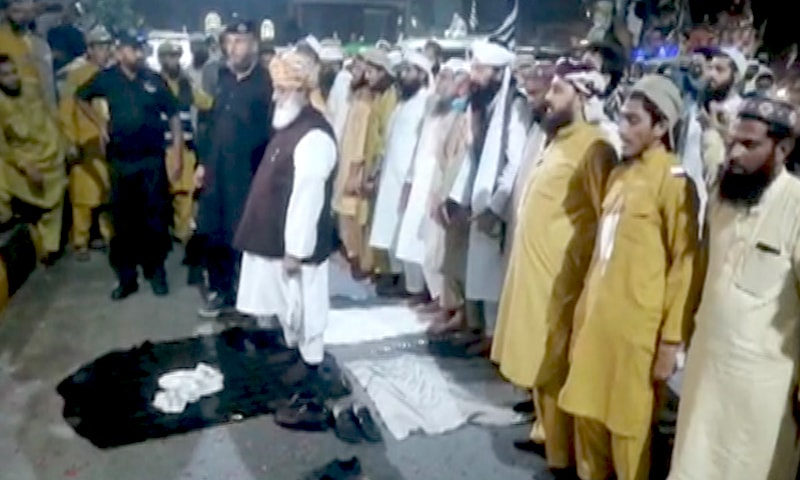 JUI-F chief Maulana Fazlur Rehman leads prayers during their journey to Gujranwala. — DawnNewsTV