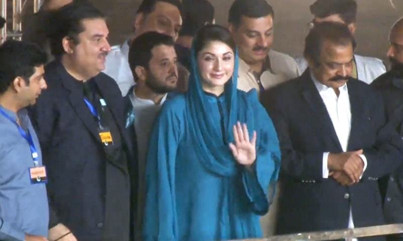 PML-N Vice President Maryam Nawaz gestures while greeting supporters upon reaching the PDM rally venue. — DawnNewsTV