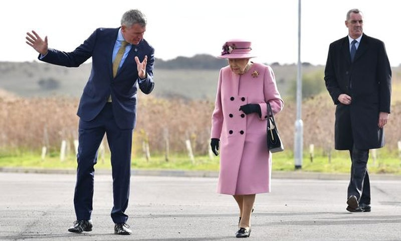 7 ماہ بعد پہلے دورے میں ملکہ برطانیہ اور شہزادہ ولیم نے ماسک کیوں نہیں پہنا؟