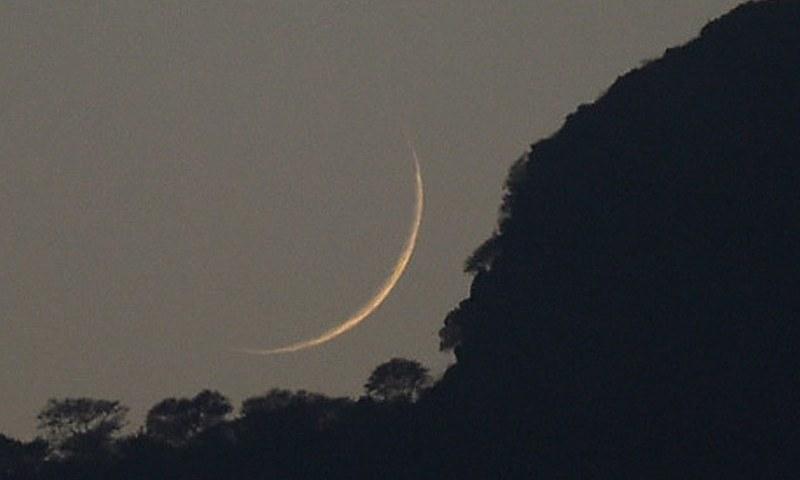 وزارت مذہبی امور نے بھی نوٹیفکیشن میں کہا کہ ربیع الاول کا چاند نظر نہیں آیا — فائل فوٹو / اے ایف پی