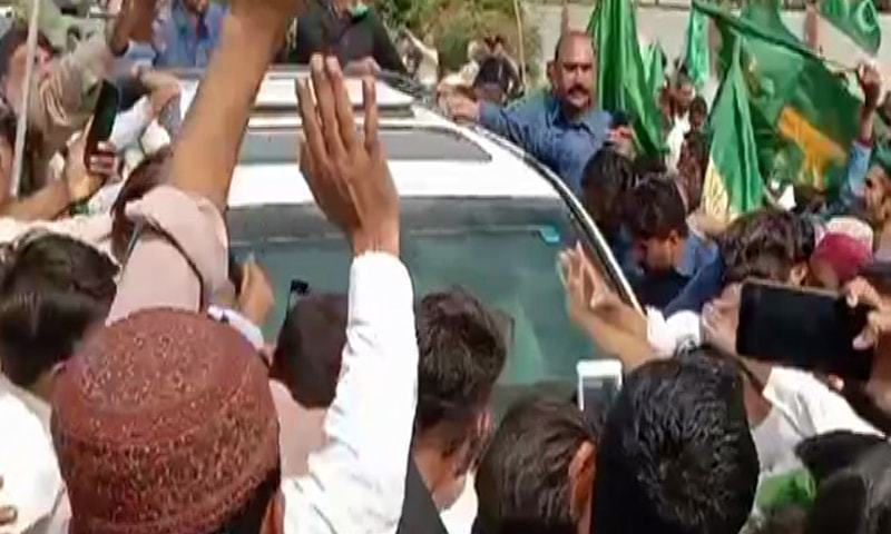 PML-N's vice president Maryam Nawaz welcomed at the airport by a large number of party workers on Sunday. — DawnNewsTV