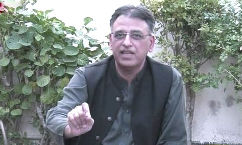 Planning Minister Asad Umar addresses the media in Karachi. — DawnNewsTV