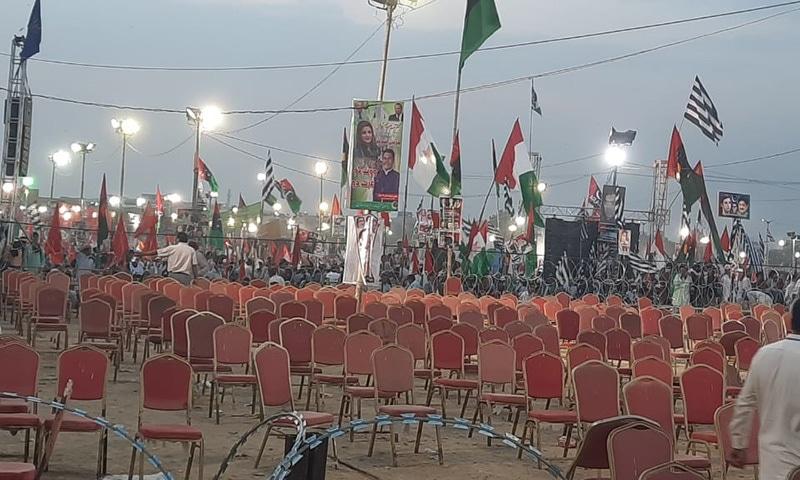 اسٹیج کے سامنے بائیں جانب خالی کرسیاں خواتین کی منتظر نظر آئیں