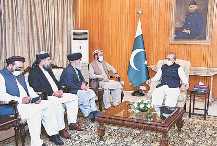 ISLAMABAD: Leader of Hizb-i-Islami Gulbuddin Hekmatyar talking to President Dr Arif Alvi at Aiwan-i-Sadr. –APP