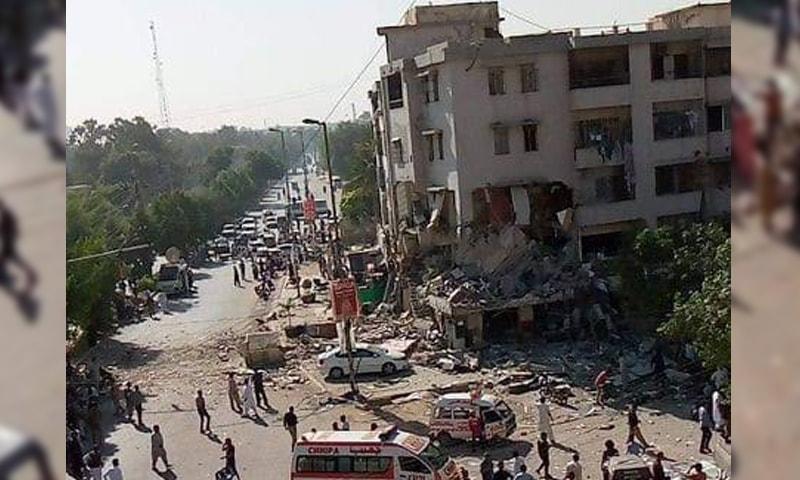 دھماکے سے عمارت کی کچھ منزلیں تباہ ہوگئیں—فوٹو: فہیم پٹیل