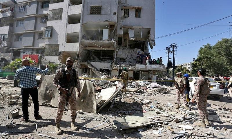 دھماکے کے بعد سیکیورٹی اہلکاروں نے جائے وقوع کو گھیرے میں لے لیا—فوٹو: اے پی
