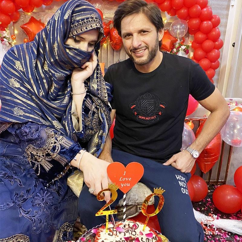شادی کی سالگرہ پر متعدد شخصیات نے دونوں کے لیے نیک خواہشات کا اظہار بھی کیا—فوٹو: شاہد آفریدی ٹوئٹر
