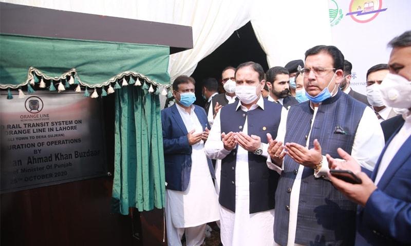 وزیراعلیٰ پنجاب منصوبے کا افتتاح کرتے ہوئے—تصویر: اظہر مشوانی