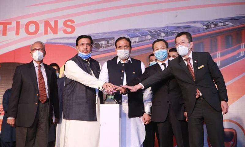 وزیراعلٰی پنجاب کے ہمراہ چینی عہدیدار بھی موجود ہیں—تصویر: اظہر مشوانی
