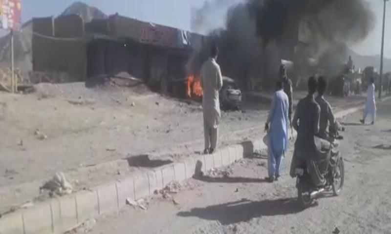 دھماکے کے بعد گاڑی میں آگ لگ گئی—فوٹو: ڈان نیوز