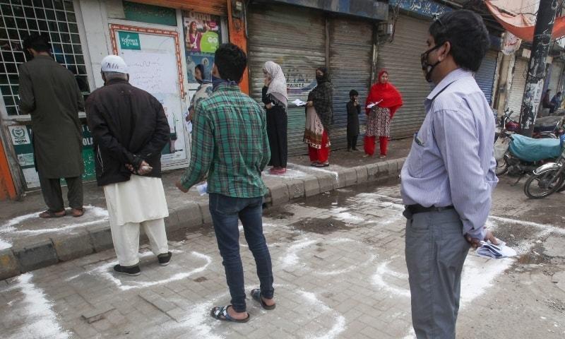 عوام پر ایس او پیز پر سختی سے عمل درآمد کرنے پر زور دیا گیا ہے — فائل فوٹو: رائٹرز