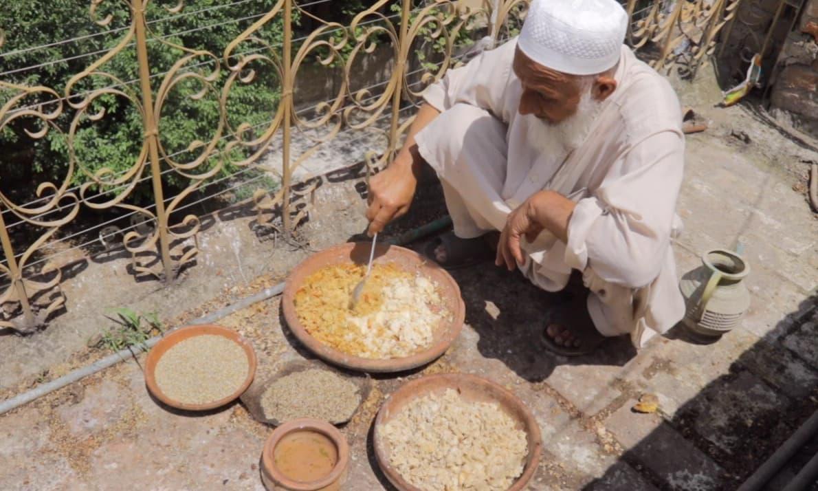 حکیم چاچا بھی ایک رہائشی عمارت کی چھت پر پرندوں کی خوراک کا انتظام کرتے ہیں