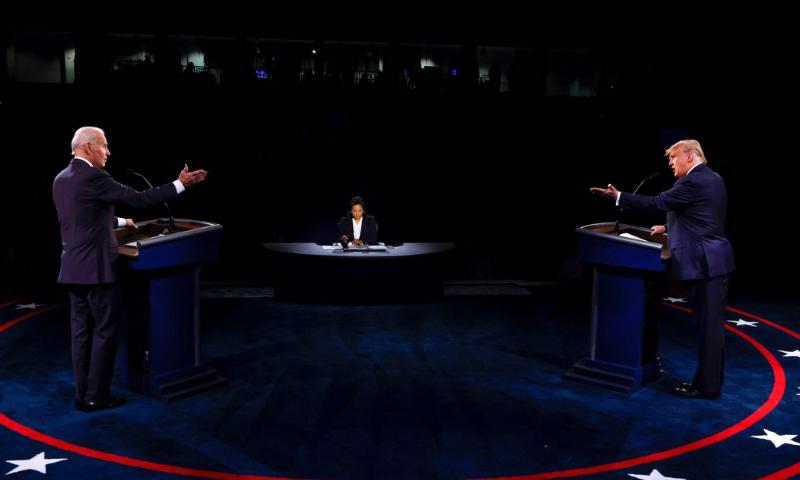 ڈیموکریٹک صدارتی امیدوار اور سابق نائب صدر جو بائیڈن اور امریکی صدر ڈونلڈ ٹرمپ بیلمونٹ یونیورسٹی میں ہوئے آخری صدارتی مباحثے میں بحث کر رہے ہیں— فوٹو: اے ایف پی