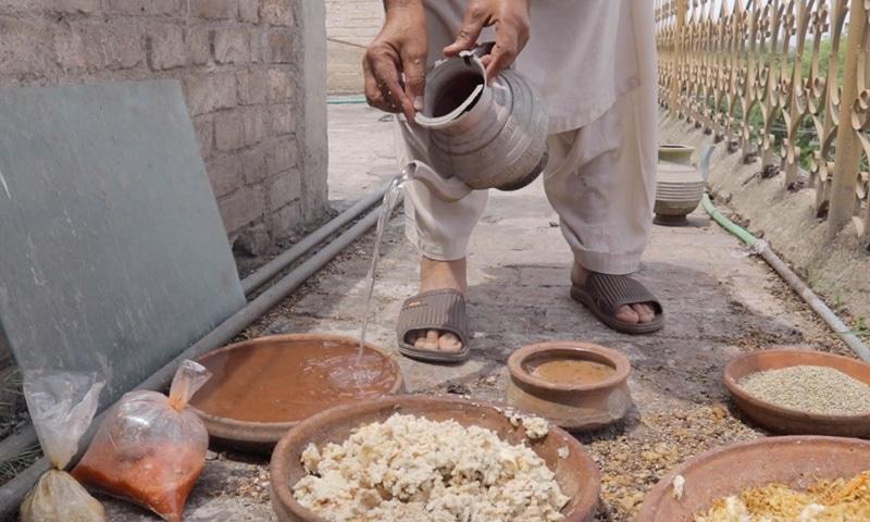حکیم چاچا پرندوں کے لیے خوراک تیار کررہے ہیں