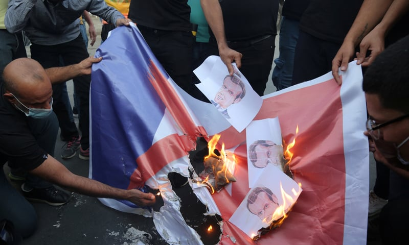 ریلی کے نگراں اور عالم عقیل القدیمی نے فرانس کے صدر سے مسلمانوں سے معافی مانگنے کا مطالبہ کیا—فوٹو: اے ایف پی