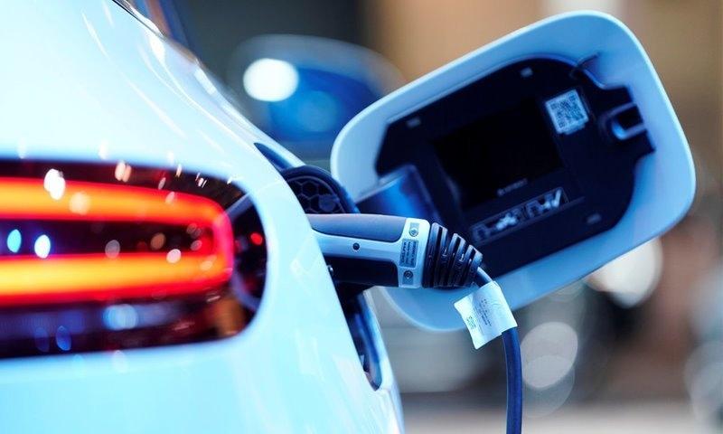 حکومت کا پبلک ٹرانسپورٹ کو الیکٹرک گاڑیوں میں تبدیل کرنے کا منصوبہ