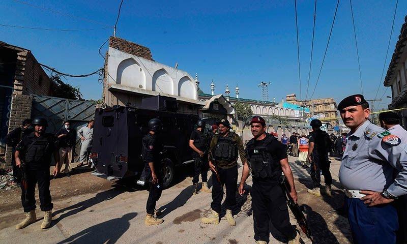 دھماکے کے بعد سیکیورٹی اہلکار جائے وقوع پر پہنچ گئے—فوٹو: اے ایف پی