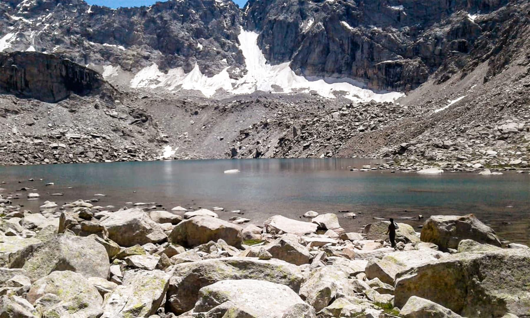 گانچھے نالہ کی معیت میں آنے والی دوسری جھیل جسے سکیلی ژھو کہتے ہیں جس کا مطلب درمیان والی جھیل ہے