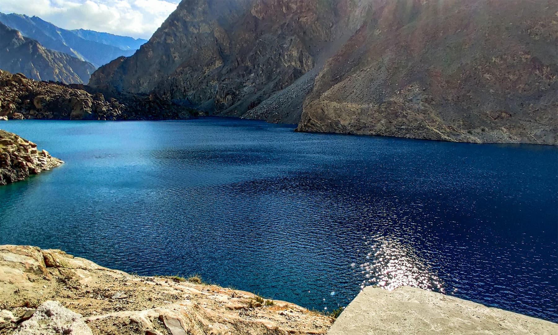 جھیل کے وسط کا ایک نظارہ