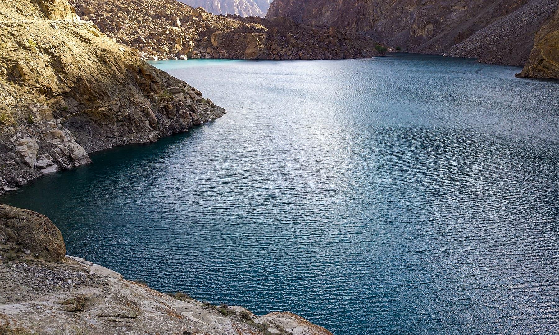 جھیل کی کل لمبائی سوا کلومیٹر ہے