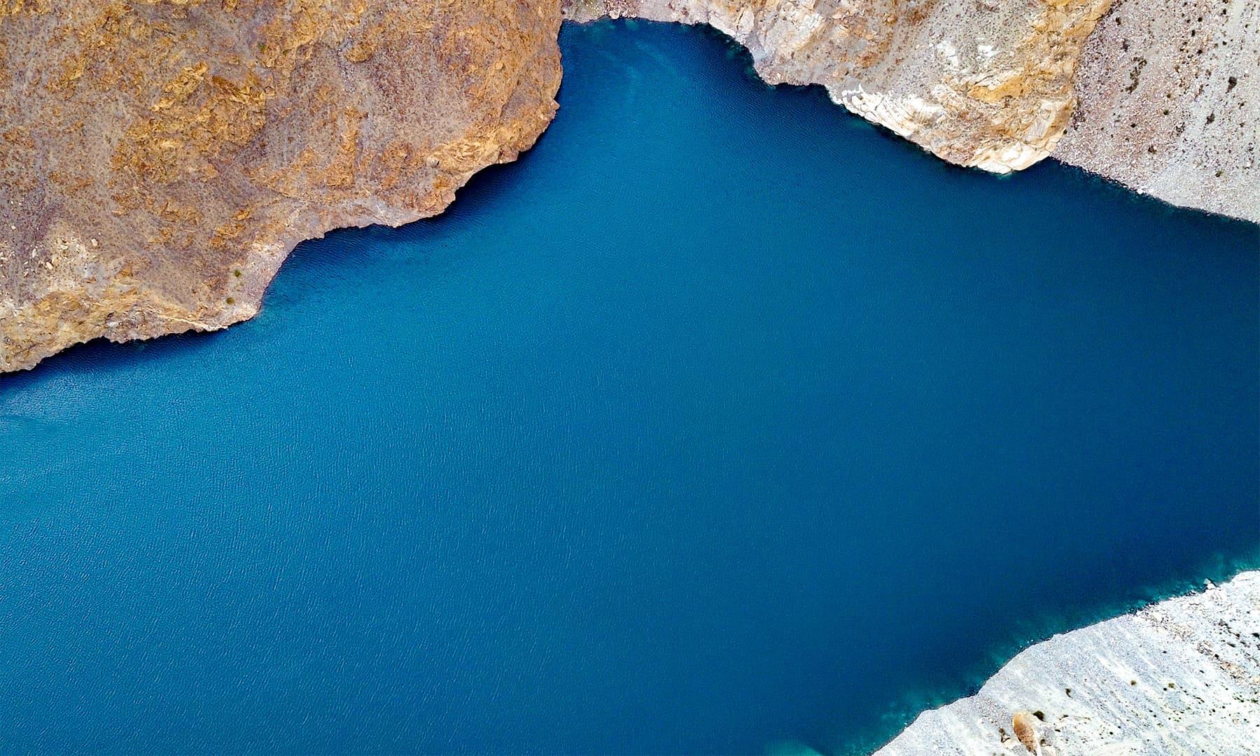 جھیل کا شمالی حصہ اور سرمئی رنگت کے خوبصورت پہاڑ دلکش نظارہ پیش کرتے ہیں