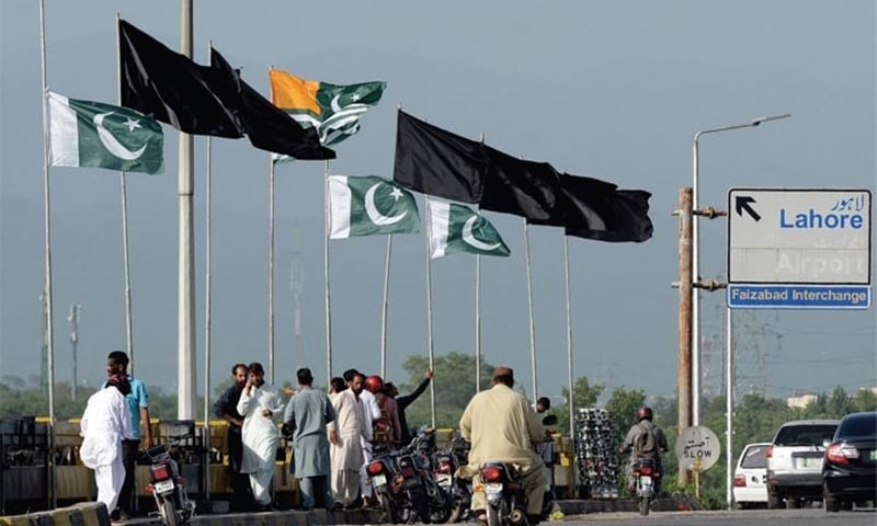 Black flags flutter along with national and Kashmir flags on Faizabad Bridge on August 15, 2019. — Photo by Mohammad Asim/File