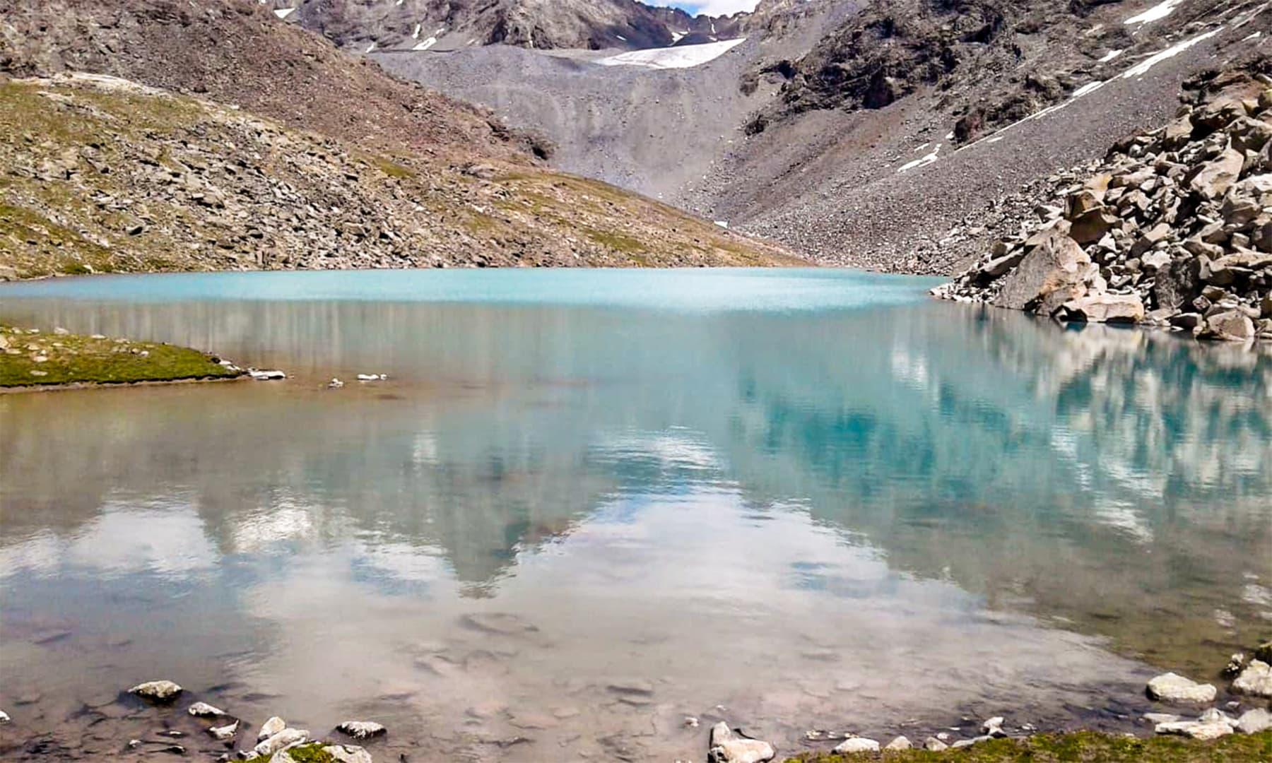 خپلو کی جانب بڑھتے ہوئے غوریشی جھیل کے بعد سب سے پہلے سپنگ رینگ جھیل کا نظارہ ملتا ہے