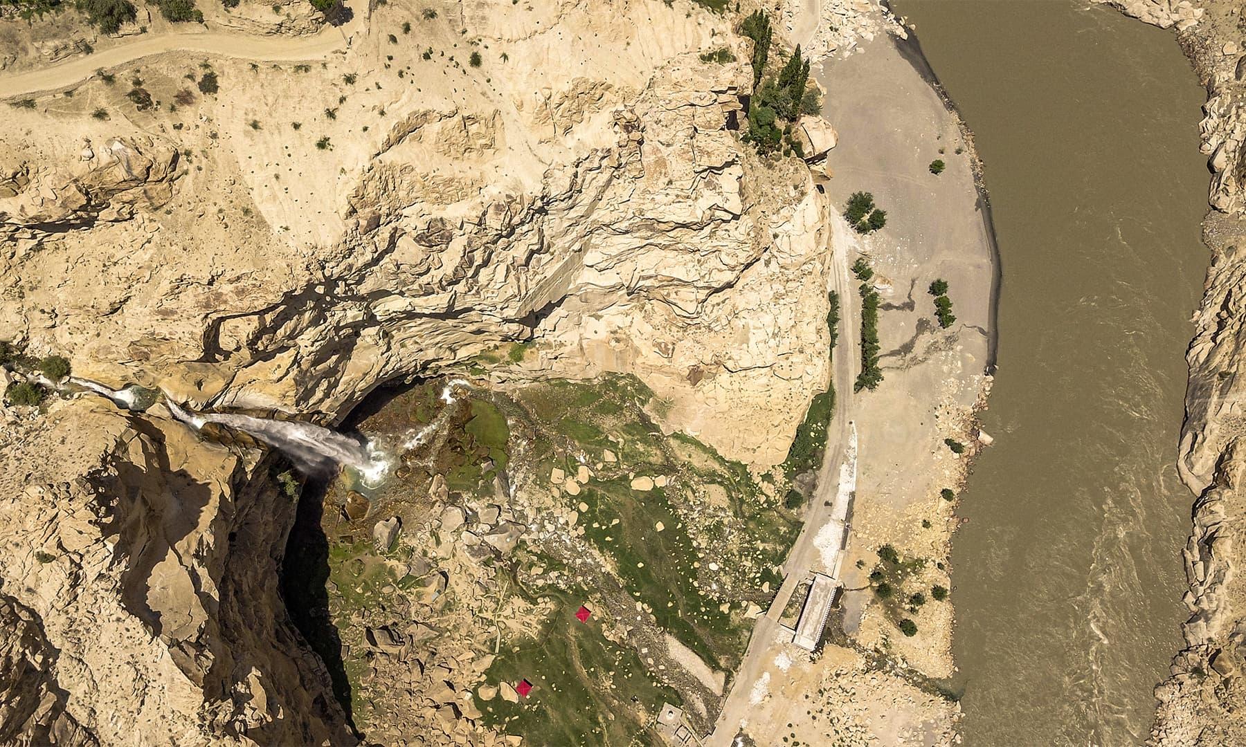 خموش آبشار دریائے سندھ میں ضم ہوتے ہوئے