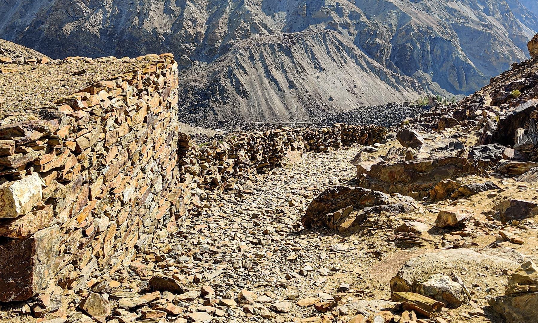 راستہ قدرے پتھریلا اور چٹیل ہے