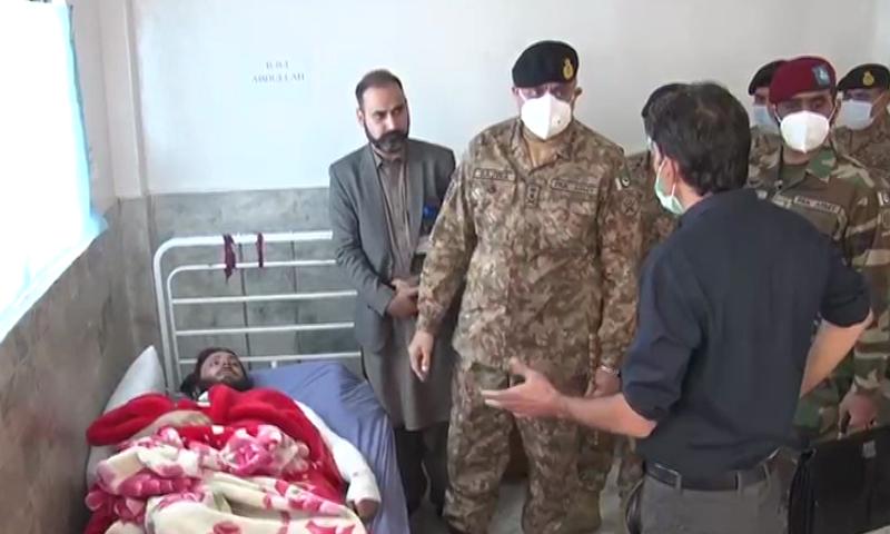 آرمی چیف نے لیڈی ریڈنگ ہسپتال پشاور میں مدرسہ دھماکے میں زخمی ہونے والوں کی عیادت بھی کی، ترجمان پاک فوج — فوٹو: ڈان نیوز