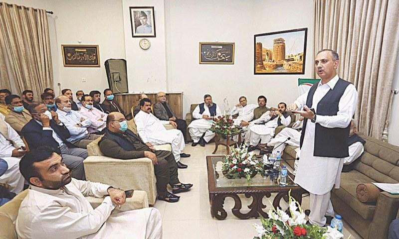 وزیر توانائی کے مطابق سندھ حکومت گیس کے سات فیصد ذخائر سے محروم ہونے کے باوجود بھی اس کے بارے میں فیصلہ نہیں کر رہی  - فوٹو:اے پی پی