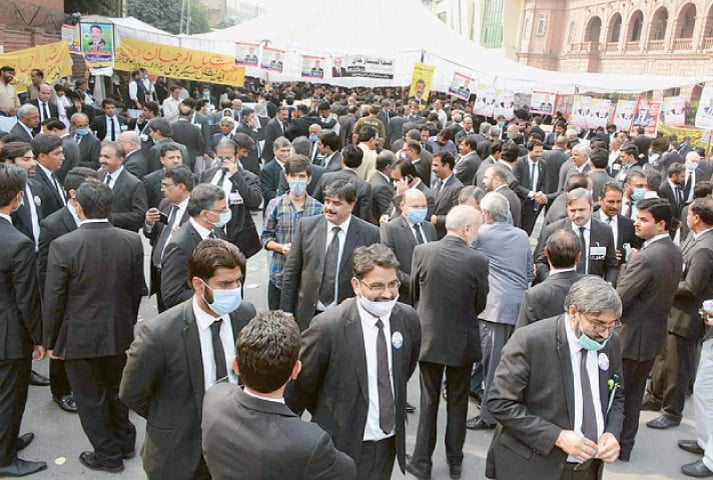 LAHORE: Lawyers gather for casting their votes in the elections of the Supreme Court Bar Association held at the Supreme Court's Lahore Registry on Thursday.—PPI