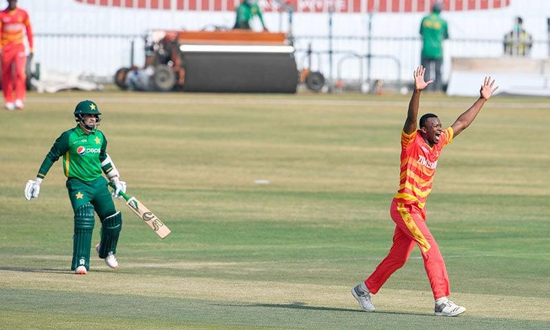زمبابوین فاسٹ باؤلر پاکستانی اوپننگ بلے باز عابد علی کے خلاف ایل بی ڈبلیو کی کامیاب اپیل کر رہے ہیں— فوٹو: اے ایف پی