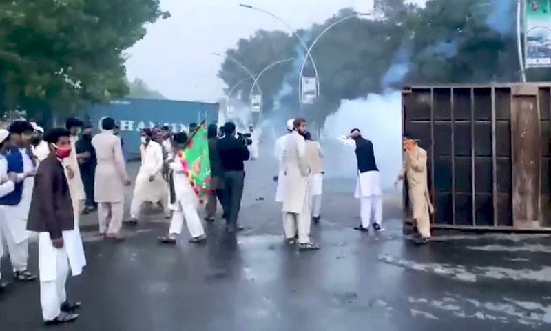 پولیس کی جانب سے طاقت کے استعمال پر مظاہرین مشتعل ہوگئے — فوٹو: شکیل قرار