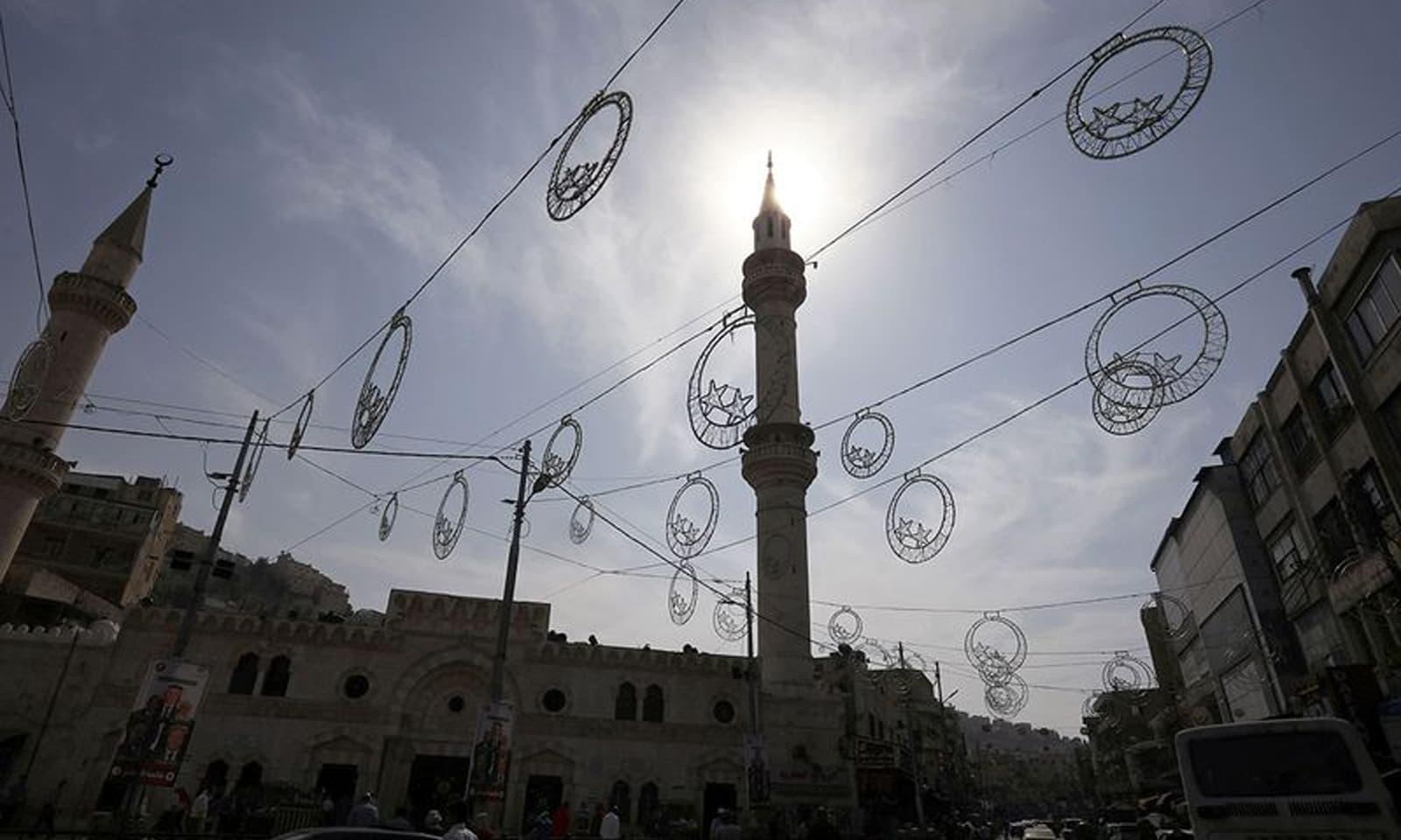 عید میلادالنبی کے موقع پر عمان میں بھی گلیوں کو سجایا گیا — فوٹو: رائٹرز