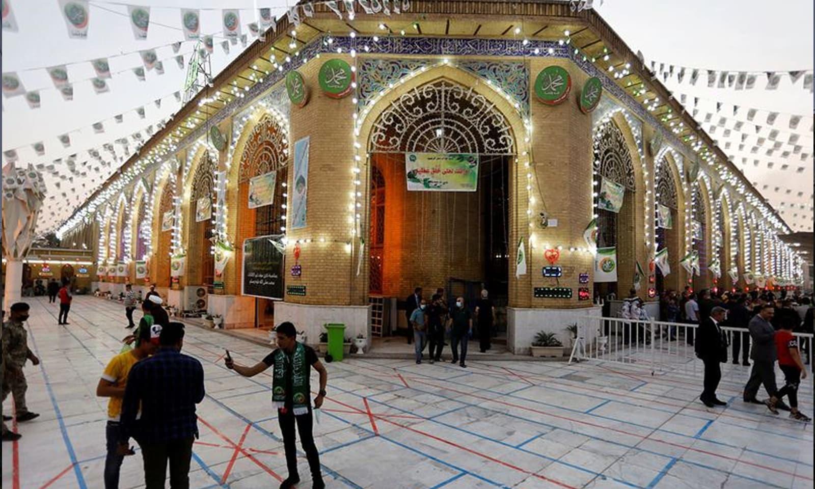 عراق میں عید میلادالنبیﷺ کے موقع پر لوگ مسجد میں موجود ہیں— فوٹو:رائٹرز