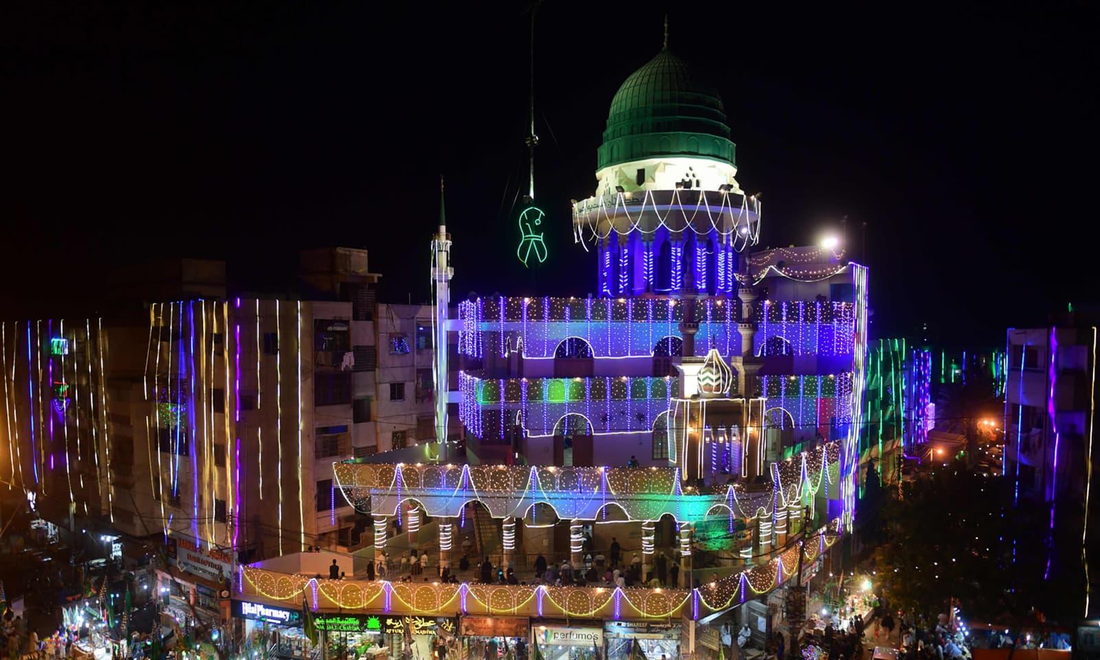 عید میلاالنبیﷺ کے موقع پر کراچی  میں علاقوں کو  برقی قمقموں سے سجایا گیا — فوٹو: اے ایف پی
