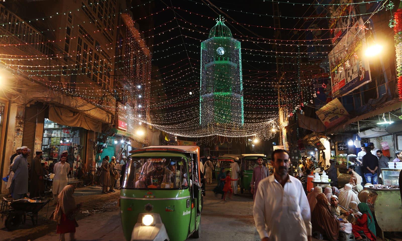 پشاور میں بھی عید میلادالنبیﷺ کے موقع پر علاقوں میں سجاوٹ کی گئی — فوٹو: اے ایف پی