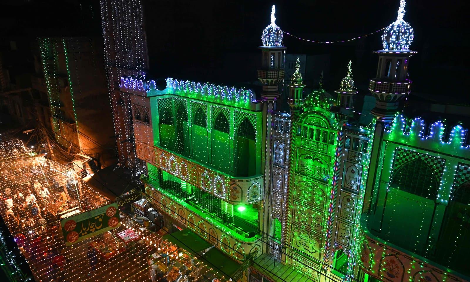 لاہور میں بھی مساجد اور عمارتوں کو برقی قمقموں سے سجایا گیا — فوٹو: اے ایف پی