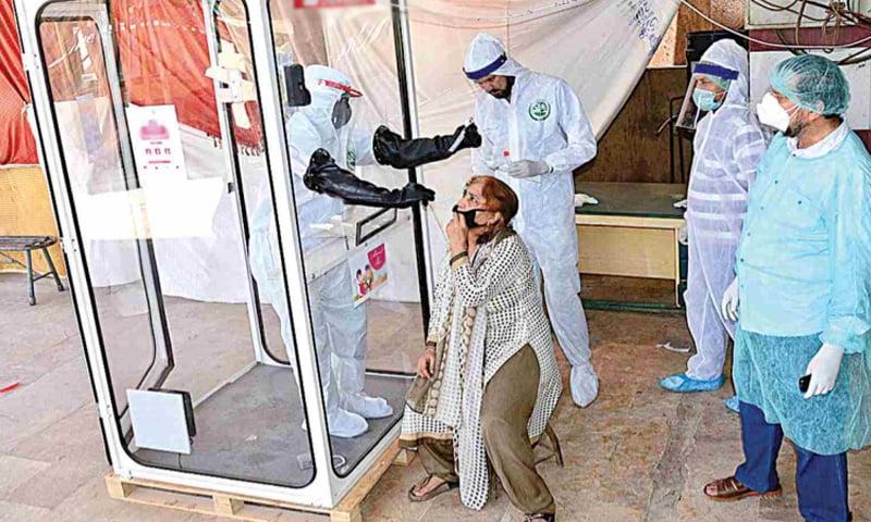 پاکستان میں کورونا وائرس کے مجموعی کیسز اور اموات میں اضافہ رپورٹ ہوا ہے—فائل فوٹو: اے پی پی