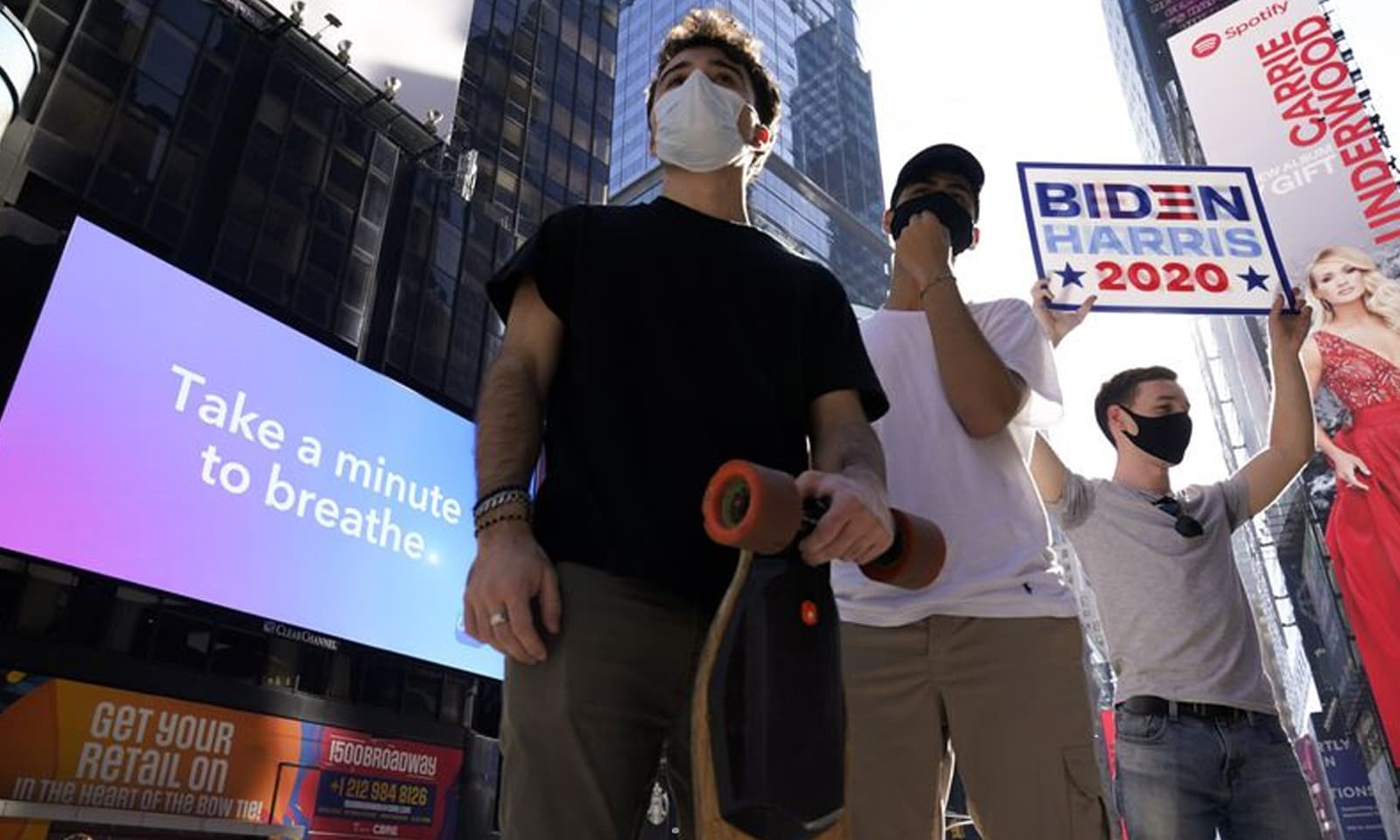 نیویارک ٹائمز اسکوائر میں بھی عوام کی ایک بڑی تعداد نے بائیڈن کی فتح کا جشن منایا — فوٹو:اے پی