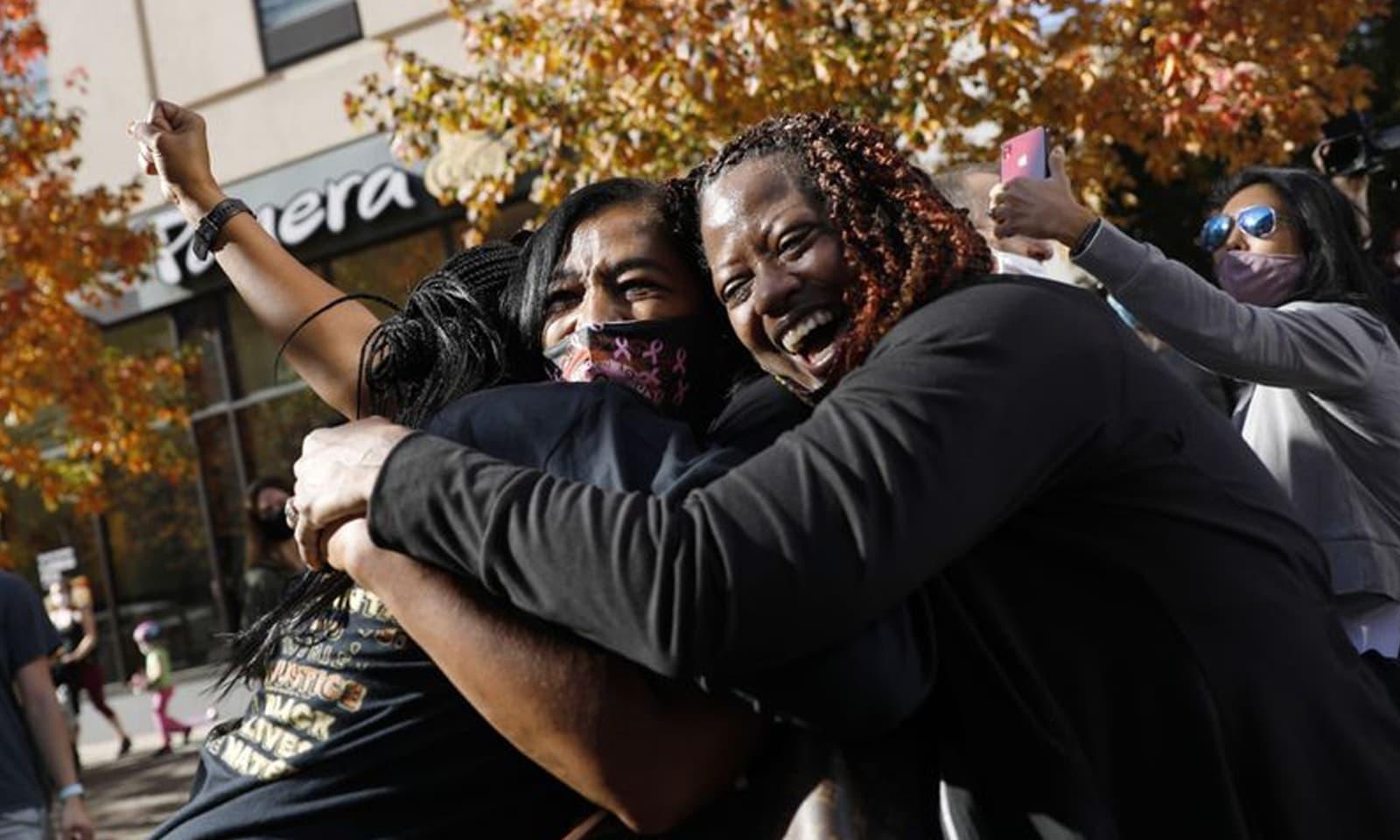 پنسلوانیا میں سیاہ فام خواتین ملک کے 46ویں صدر کے انتخاب پر خوشی کا اظہار کررہی ہیں — فوٹو:اے پی