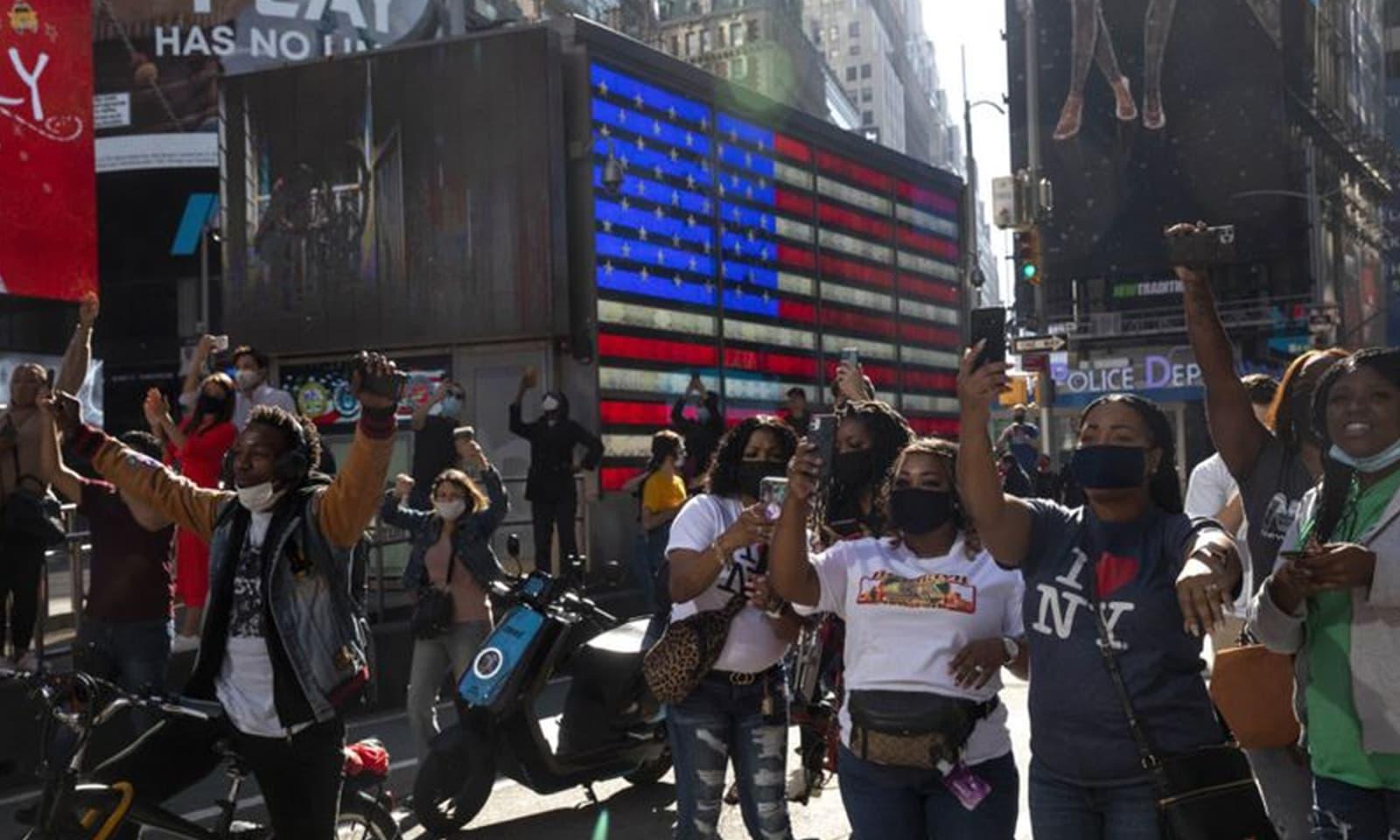 نیویارک میں جو بائیڈن کے انتخاب پر عوام کی ایک بڑی تعداد جشن مناتی دکھائی دی — فوٹو: نیویارک ٹائمز