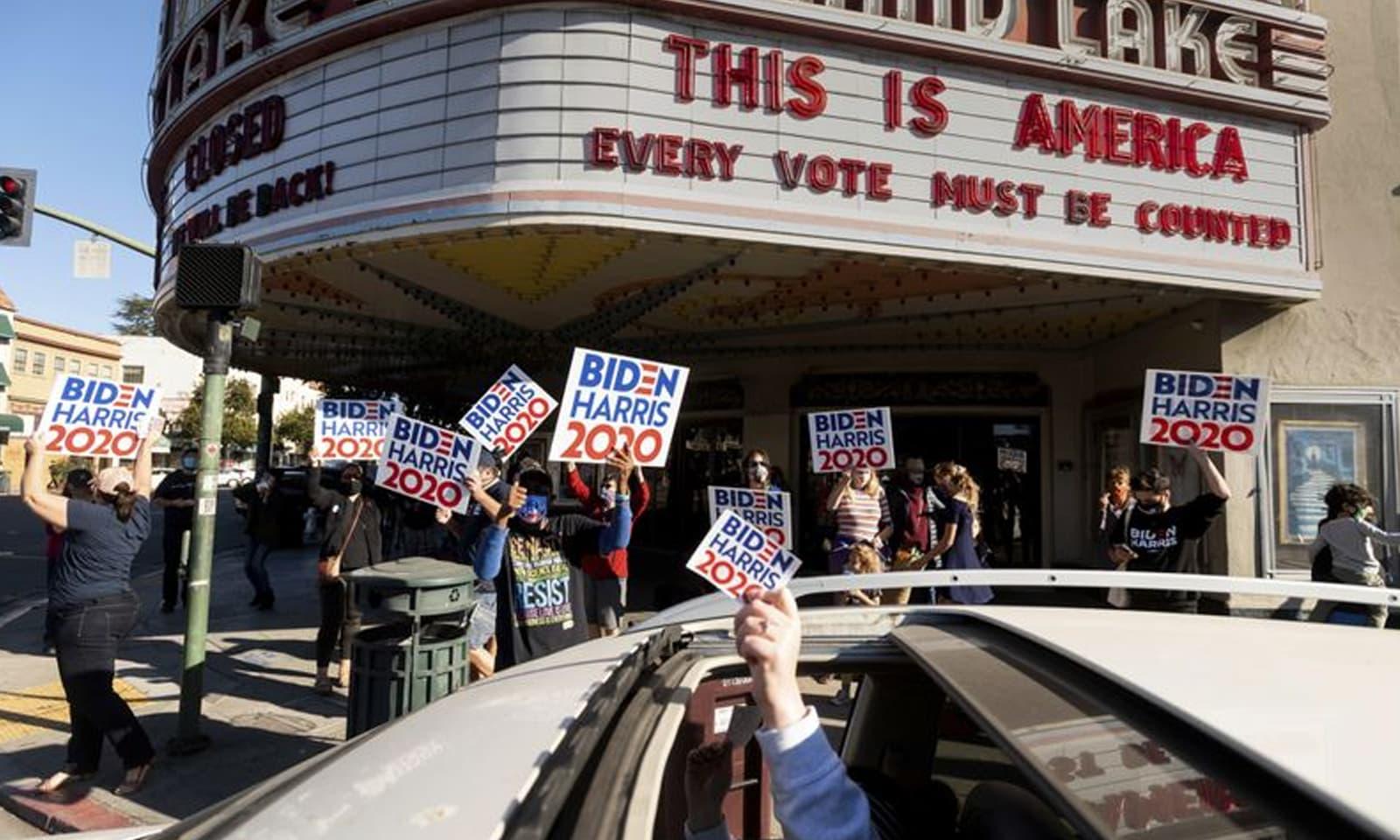 ریاست کیلیفورنیا میں بھی انتخابی نتائج کی خوشی منائی گئی — فوٹو:اے پی