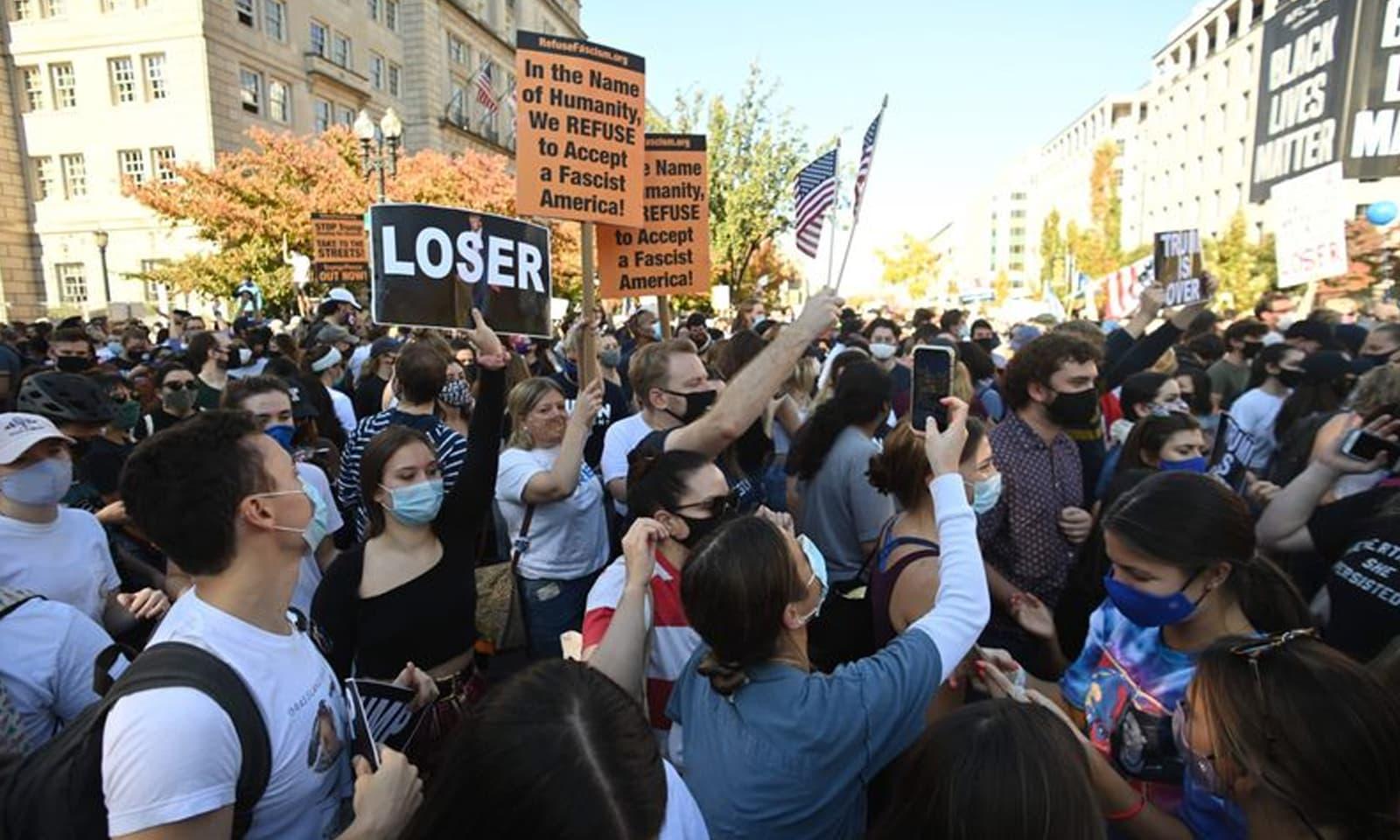 واشنگٹن میں بھی ٹرمپ کی ناکامی پر ڈیموکریٹ حامی خوش دکھائی دیے— فوٹو: اے ایف پی
