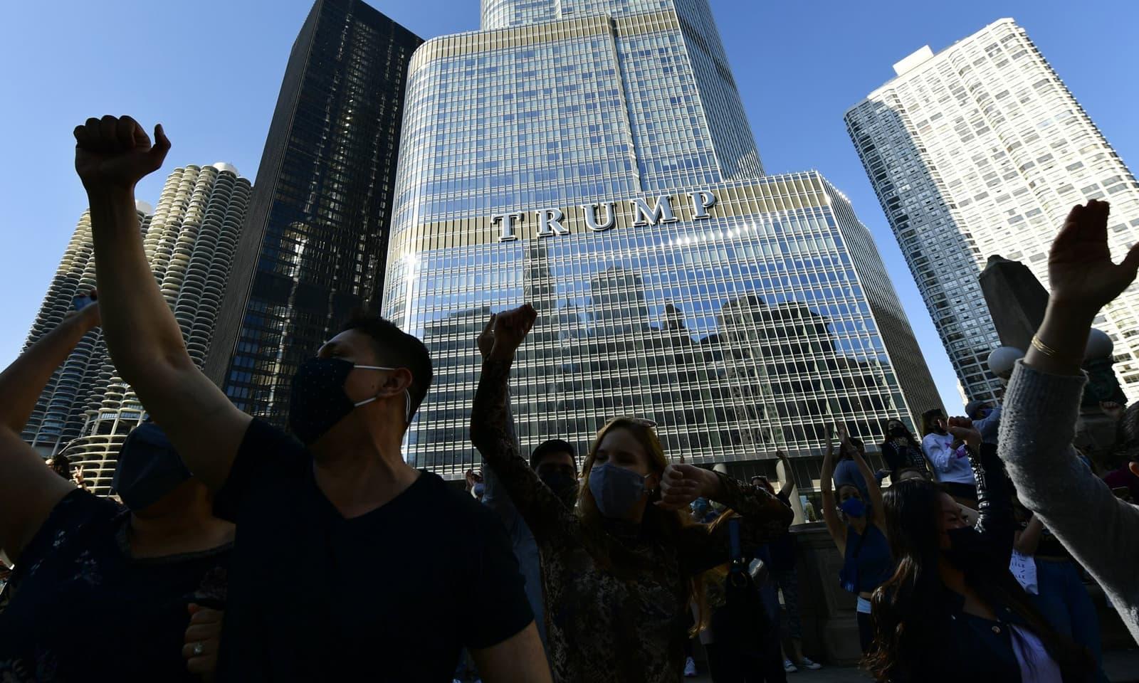 ٹرمپ ٹاور کے باہر بھی عوام کی ایک بڑی تعداد نے جو بائیڈن کی فتح کا جشن منایا — فوٹو:اے پی