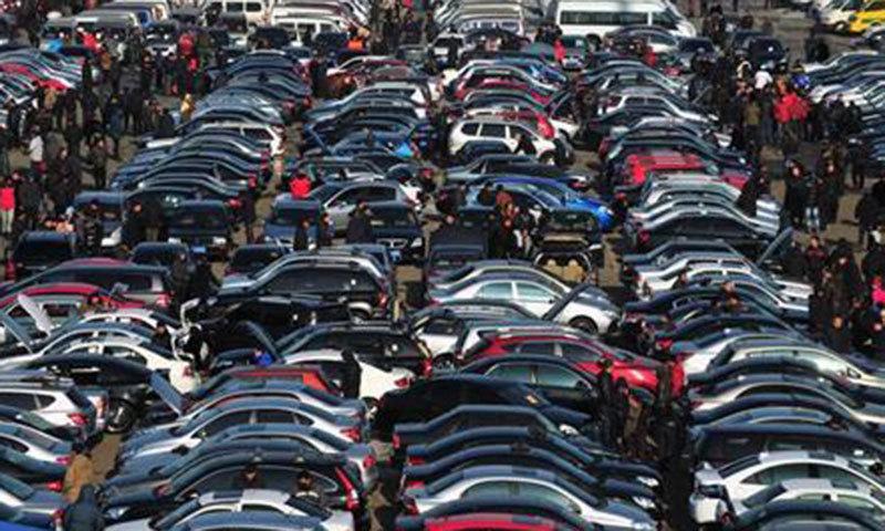 گاڑیوں کی فروخت میں اضافہ شرح سود میں کمی کی وجہ سے  ہے — فائل فوٹو: اے ایف پی