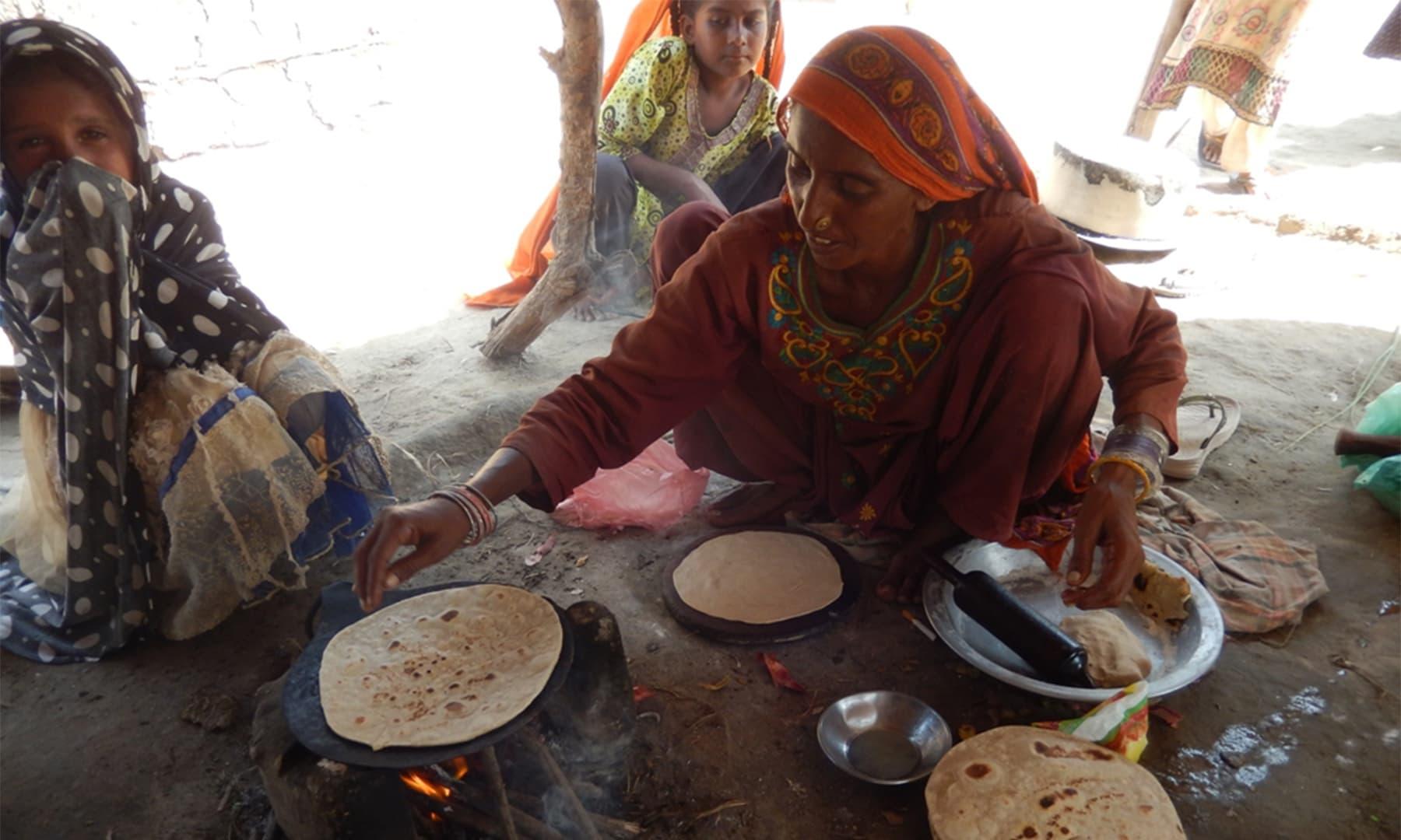 گاؤں میں دوپہر کی روٹی بننے کا منظر