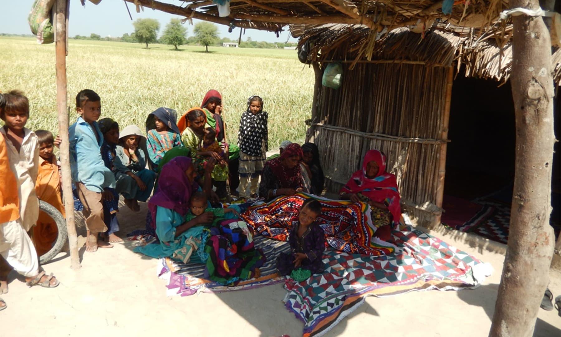 مائی آمنت اور دوسری عورتیں رلیاں سیتے ہوئے