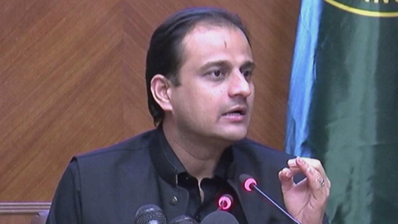 Sindh government spokesperson Murtaza Wahab address a press conference in Karachi on Friday. — DawnNewsTV/File